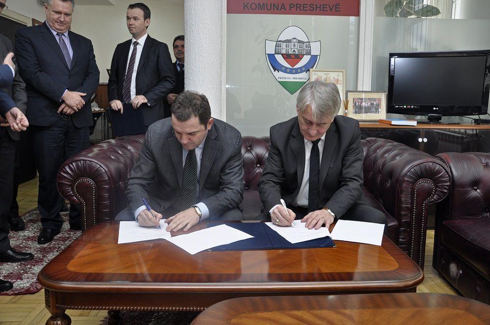 Kosova nënshkruan dy marrëveshjet e para zyrtare me komunat e Preshevës dhe Bujanocit